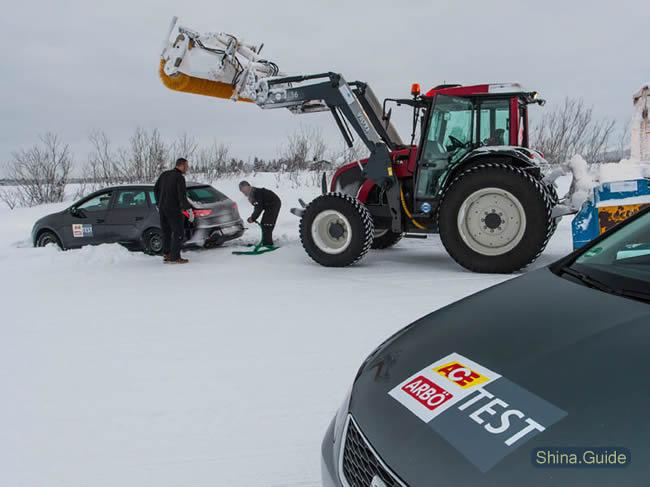Снег, снег - не для всех. На помощь испытателям примчалась снегоуборочная машина