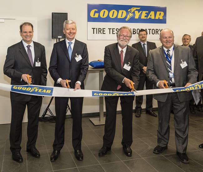 Первые лица европейского отделения «Гудиер» официально открывают новую испытательную лабораторию